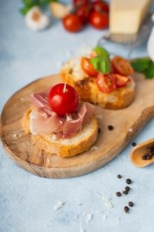 Bruschettas à angle élevé avec prosciutto et tomates