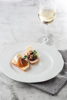 Bruschettas aux légumes. commencez les plats avec des tomates cerises, du fromage à la crème. délicieuses collations au chorizo et tomates au four. composition des aliments, savoureux repas italien. pain au fromage
