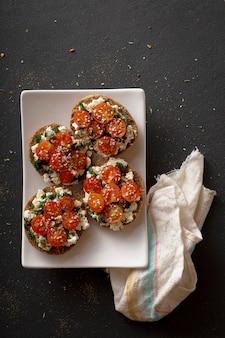 Bruschettas végétariennes. bruschetta aux tomates cerises feta.