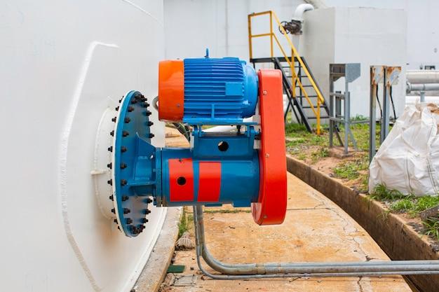 Brut de mélangeur de pompe de valve dans l'huile de réservoir industriel.