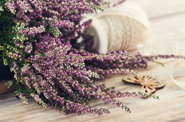Bruyère rose, bougeoir violet, papillon