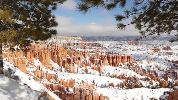 Bryce canyon dans la neige d'hiver en utah usa hoodoos dans l'amphithéâtre relief érodé point de vue panoramique formation orange unique grès rouge pin conifère ou sapin écotourisme en amérique
