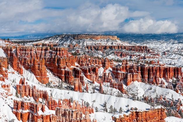 Bryce canyon, utah, usa à l'heure d'hiver avec de la neige dans les montagnes et les roches rouges