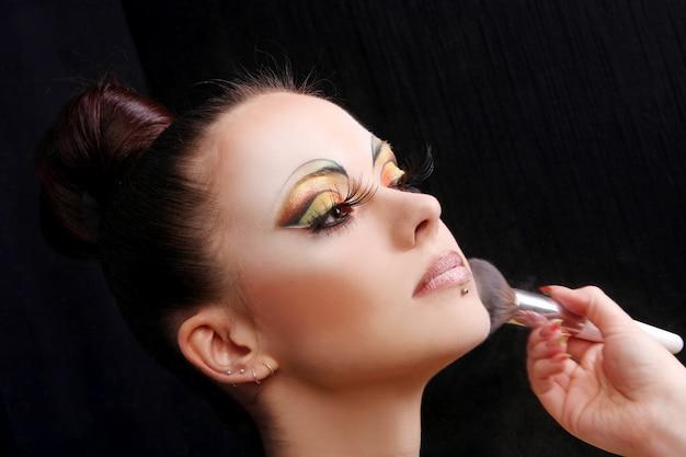 Buautiful jolie femme avec brosse