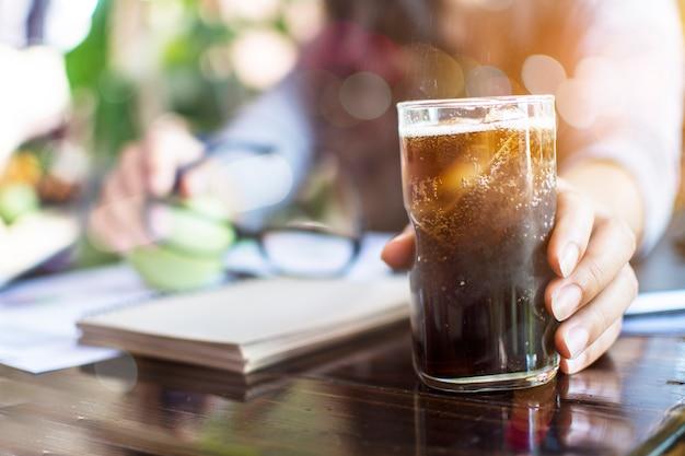 Bubbly soda pop rafraîchissant avec des glaçons