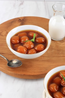 Bubur biji salak (candil) est un dessert indonésien célèbre pendant le petit-déjeuner du ramadan. fabriqué à partir de boules de kabocha de patate douce ou de citrouille jaune avec du sirop de sucre de palme et du lait de coco.