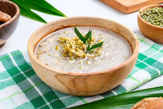 Bubur kacang hijau. bouillie de dessert javanaise de haricots mungo au lait de coco. servi dans un bol en terre cuite. une entrée populaire pour rompre le jeûne pendant le ramadan