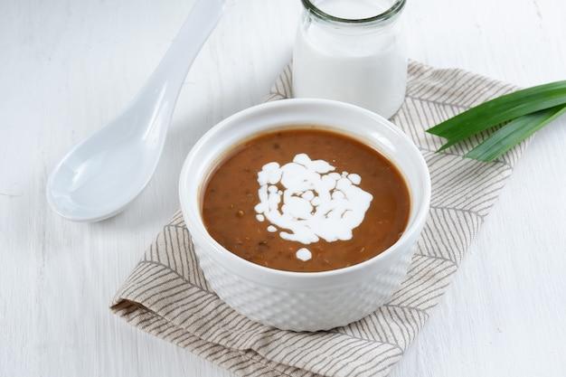 Bubur kacang ijobubur kacang hijau ou porridge de haricot mungo dessert traditionnel indonésien