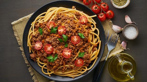 Bucatini de pâtes à la bolognaise avec viande hachée et tomates