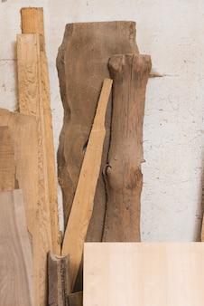 Bûche de bois; planche et blocs contre mur