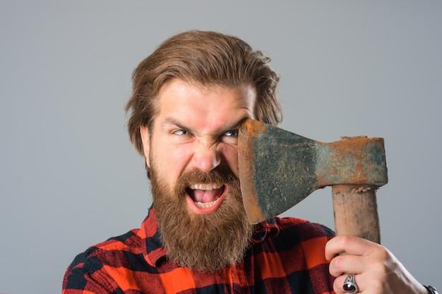 Bûcheron canadien barbu à la vieille hache bûcheron barbu portrait d'homme à la hache barbu