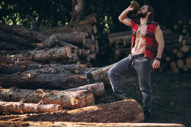Bûcheron en forêt
