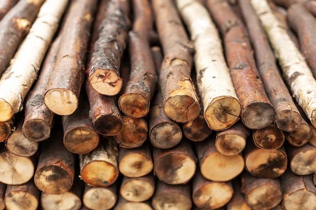 Bûches de bois de chauffage hachées en rangées. texture du bois