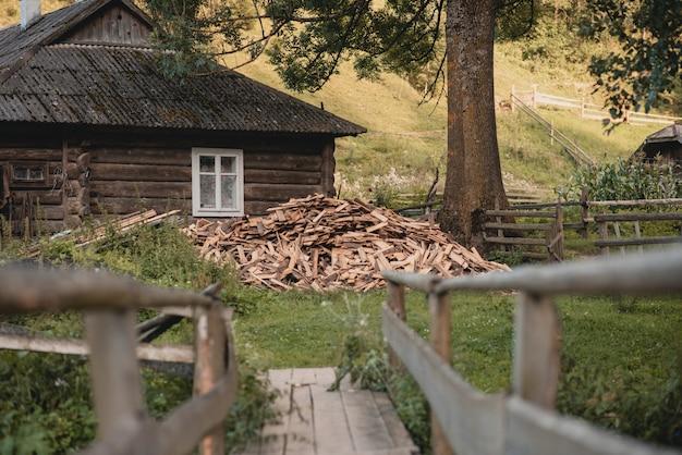 Bûches de bois de chauffage hachées à sec dans un tas