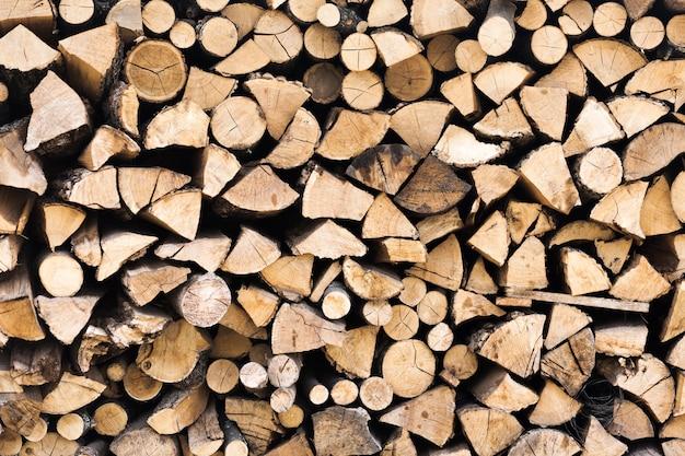 Des bûches de bois coupées et empilées
