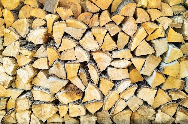 Bûches en bois dans une pile