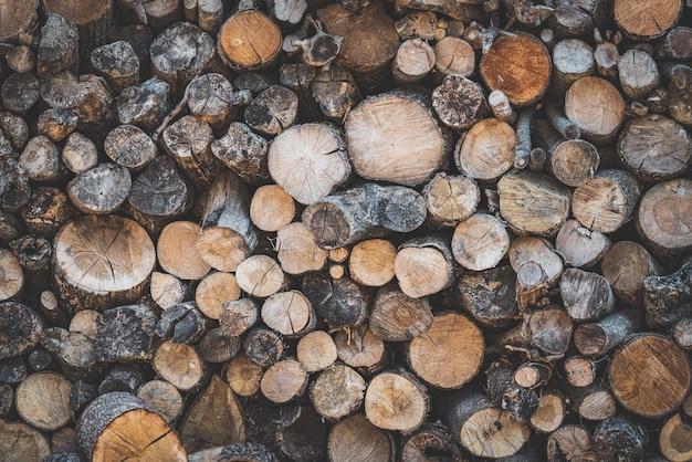 Bûches de bois empilées pour le feu