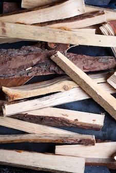 Des bûches de bois pour un feu