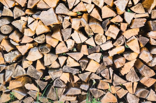 Des bûches de bois soigneusement empilées comme fond et texture naturelle