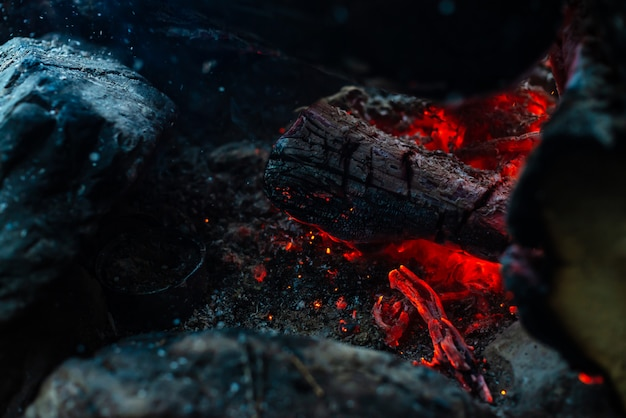 Des bûches fumées ont brûlé dans un feu intense.