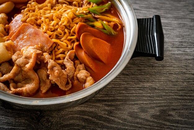 Budae jjigae ou budaejjigae (ragoût de l'armée ou ragoût de la base de l'armée). il est chargé de kimchi, de spam, de saucisses, de nouilles ramen - un style populaire de fondue coréenne