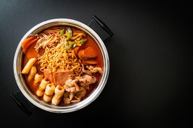 Budae jjigae ou budaejjigae (ragoût de l'armée ou ragoût de base de l'armée). il est rempli de kimchi, de spam, de saucisses, de nouilles ramen et bien plus encore - style de cuisine coréen populaire