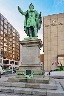 Budapest, hongrie - mai 04,2016:monument pour le baron jozsef eotvos de vasarosnameny était un écrivain et homme d'état hongrois, budapest. hongrie