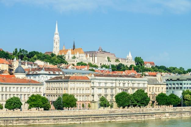 Budapest, vue sur pest à travers la rivière en direction de fishermans basteon