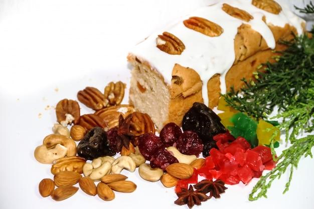 Budin de fruits de noël avec fruits secs et glacés et ingrédients sucrés