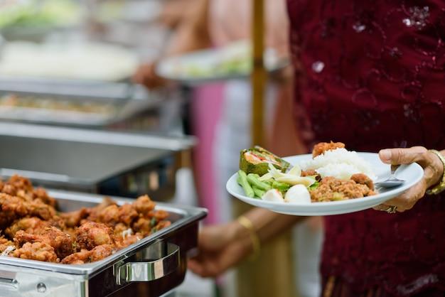 Buffet alimentaire, restauration traiteur au restaurant, mini canapés, collations et apéritifs