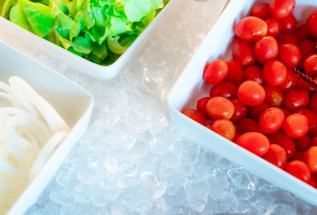 Buffet de bar à salades au restaurant. buffet de salades fraîches pour le déjeuner lors d'un événement à l'hôtel. la nourriture saine.