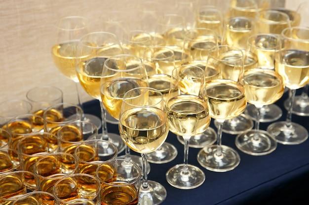 Buffet avec beaucoup de verres sur la restauration événementielle