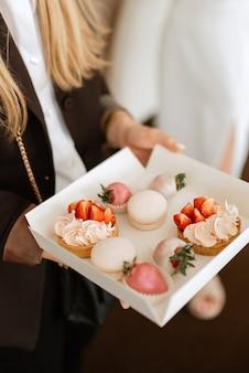 Buffet de bienvenue avec alcool et snacks, sandwichs, cupcakes