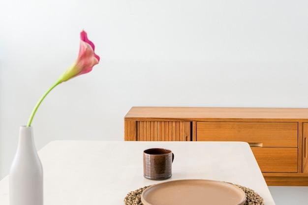 Buffet en bois par un mur blanc