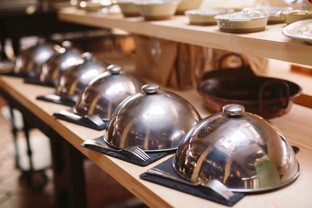 Buffet petit-déjeuner à l'hôtel ou au restaurant.