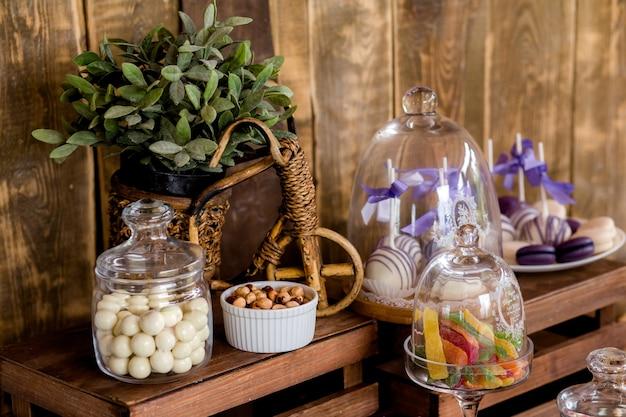 Buffet pour un anniversaire ou un mariage. délicieuse réception de mariage, table de desserts, bar à fromages. fromage, noix et fruits, bonbons et meringues.