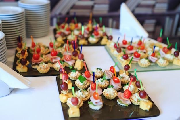 Le buffet à la réception. assortiment de canapés.