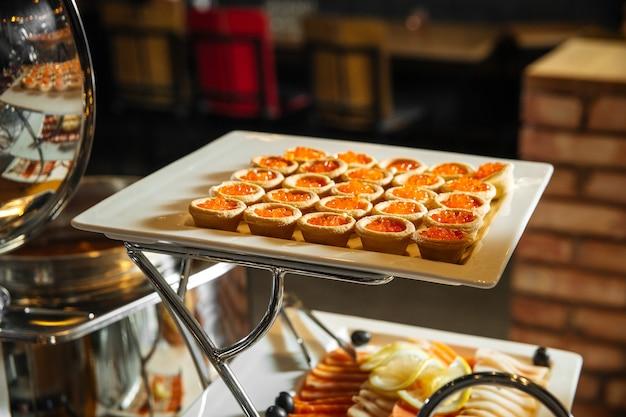 Buffet de restauration brunch avec amuse-gueules rouges