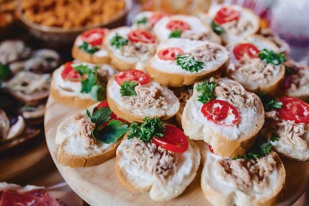 Buffet salé de fête, poisson, viande, chips, boulettes de fromage et autres spécialités