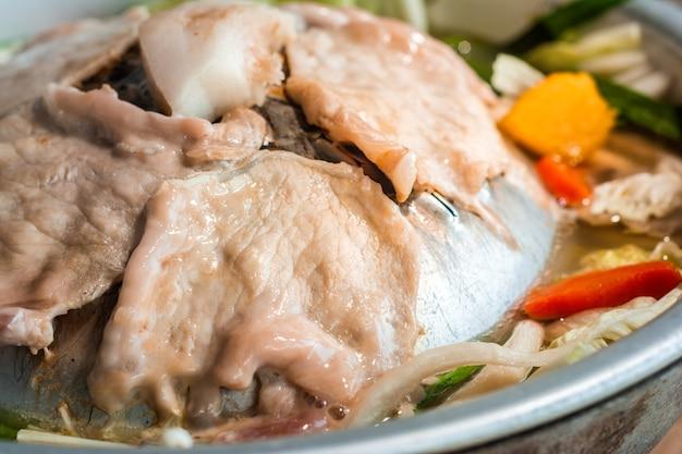 Buffet thaïlandais au barbecue et soupe aux légumes recette thaïlandaise.