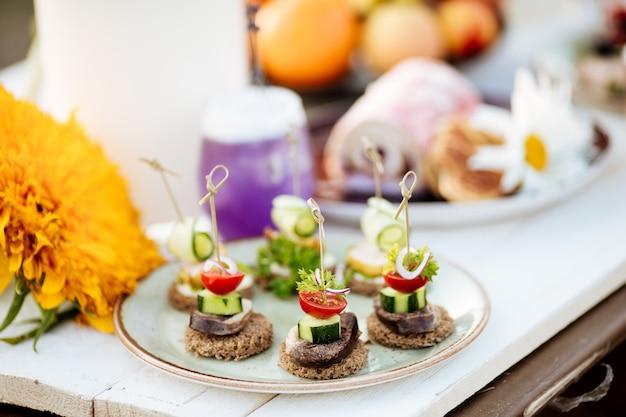 Buffets de canapés apéritifs. restauration d'été avec plat national kazakh de kazy