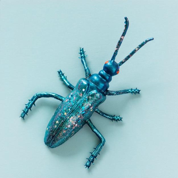 Bug miniature coloré sur un papier
