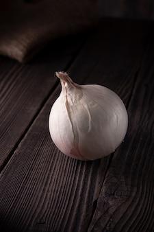 Bulbe d'oignon blanc sur une table en bois, aliments biologiques naturels.