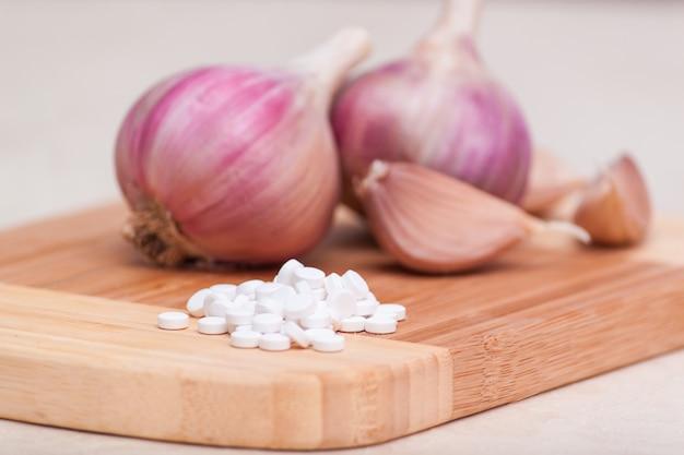 Bulbes et gousses d'ail. médecine alternative, compléments alimentaires ou pilules