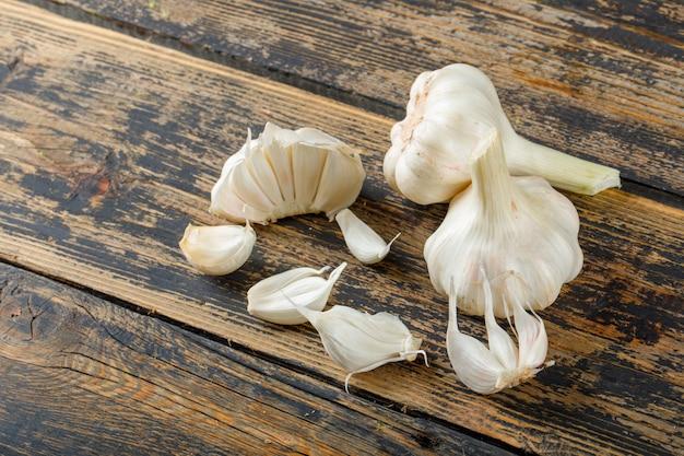 Bulbes et gousses d'ail sur une vieille table en bois. vue grand angle.