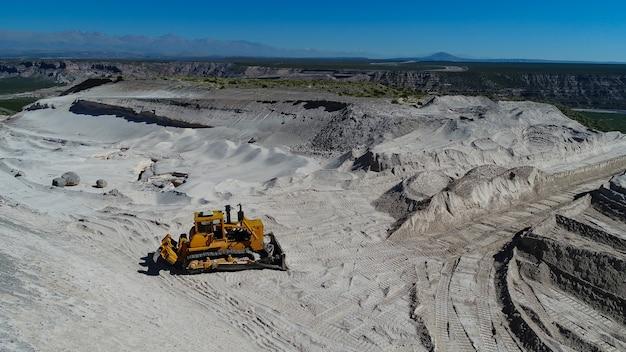 Bulldozer sur un chantier de construction de route.