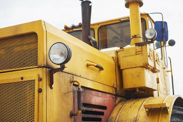 Bulldozer de chargeur de construction lourde à la zone de construction.