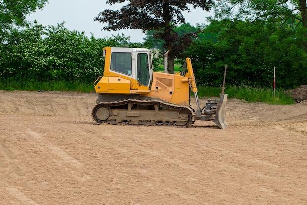 Bulldozer sur chenilles. vue latérale d'un bulldozer sur chenilles.