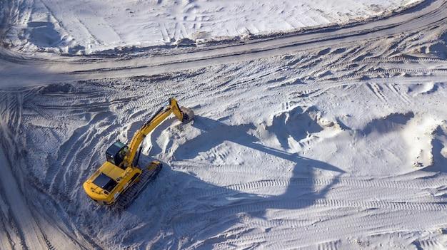 Bulldozer dans une carrière de sable