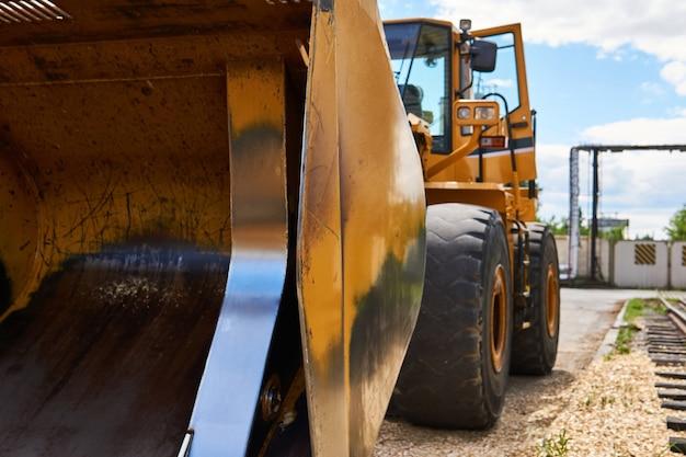 Bulldozer à roues de construction lourde debout close up